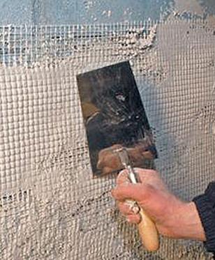 Специалисты, советующие, как равнять потолок, такой сеткой закрывают также все швы и стыки.