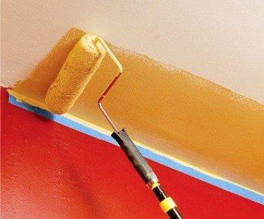 Если слои водоэмульсионной краски отличаются оттенком, лучше предварительно прогрунтовать поверхность.
