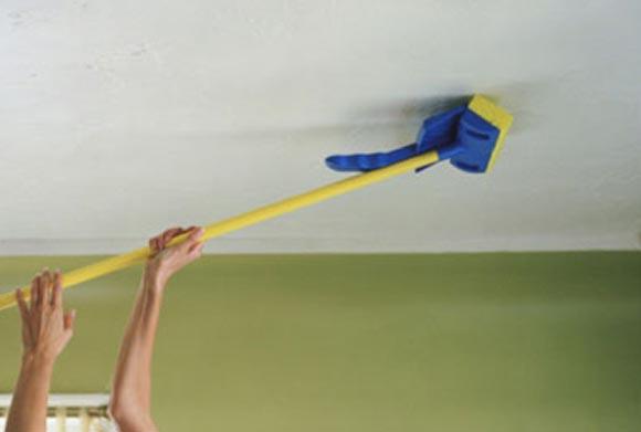 Если у вас есть такая швабра, то можно мыть потолок, стоя на полу