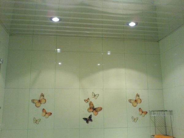 Эстетичная отделка потолка пластиковыми панелями в ванной комнате