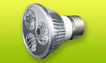 Эта светодиодная лампа вкручивается в обычный патрон и питается от 220 вольт. Однако ее надежность оставляет желать лучшего.