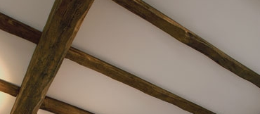 Отделка потолка с помощью фальш балки