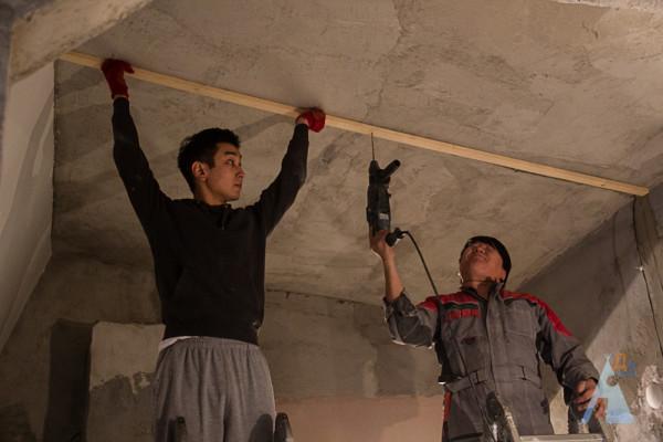 Отделка фанерой потолка начинается с установки деревянной обрешетки