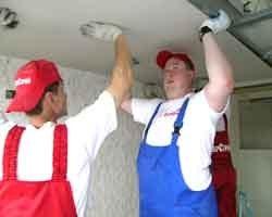 Монтировать ГКЛ на потолок лучше вдвоём