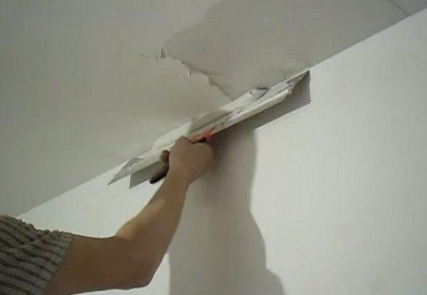 Финишный слой и формирует внешний вид потолка, поэтому его нужно наносить аккуратно