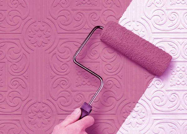 Приклеянный флизелин на потолок покрасим только после полного высыхания клея - через сутки. При повышенной влажности или температуре ниже 15 градусов это время немного увеличивается.