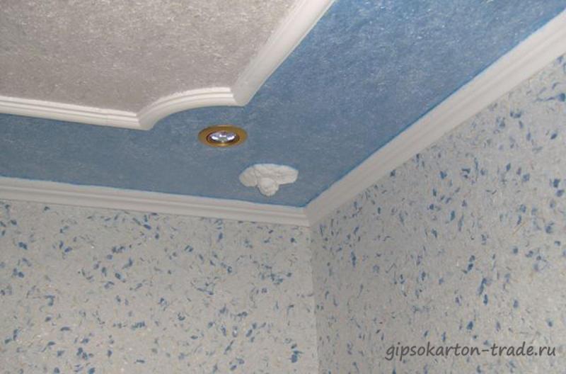 По периметру в полуметре от стены поклеим флизелиновые потолочные обои одного цвета, а остальное пространство - другим цветом.