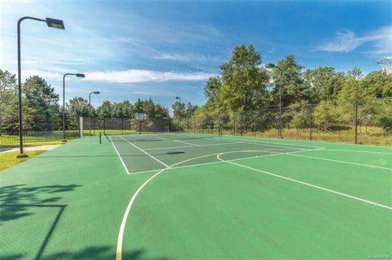 Все в одном месте: теннисный корт и баскетбольная площадка