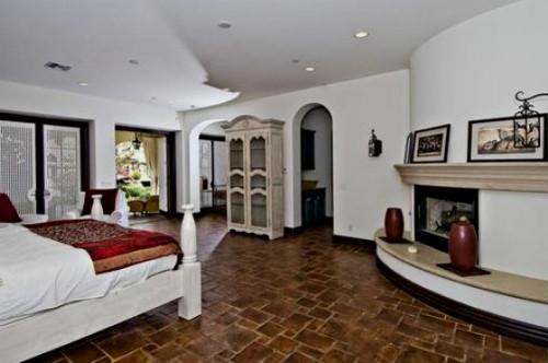 Белая спальня в доме певца Джастина Бибера