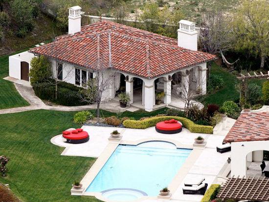 Большой бассейн и гостевой домик