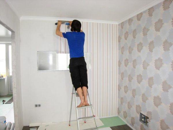 Стремянка — единственный адекватный способ подклеить отклеившийся угол под потолком.