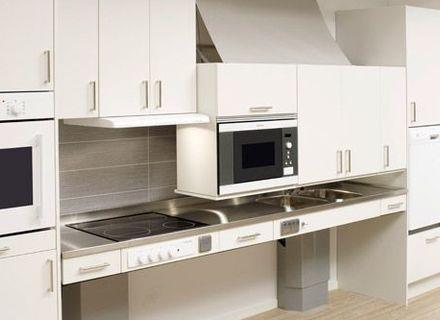Адаптивная кухня с опускающимися шкафчиками