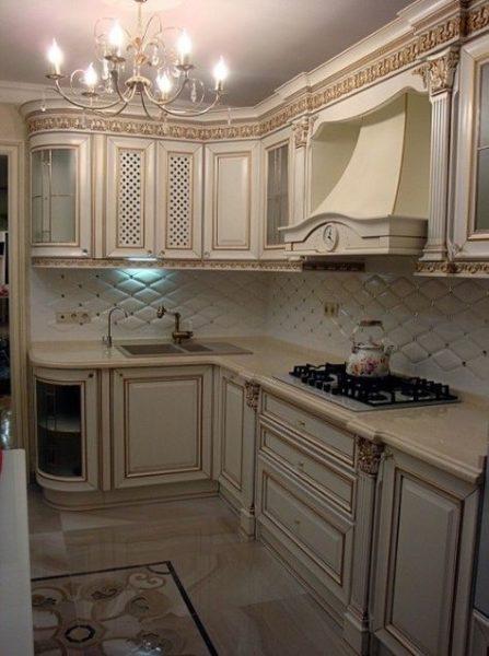 Классические резные элементы и округлые формы делают кухню дороже