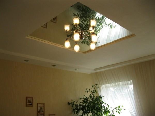 Люстра должна крепиться к каркасу или проходить через подвесной потолок и цепляться за крюк в перекрытии.