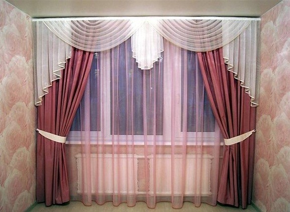 Фото: изделие, прикреплённое к потолку, визуально вытягивает длину стен
