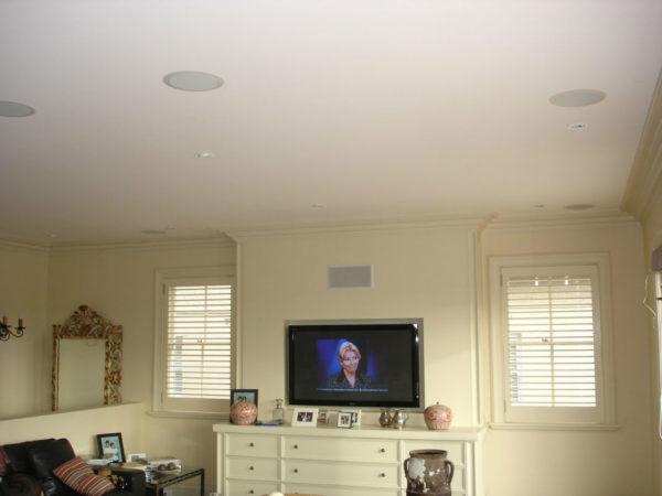 Фото комнаты, оборудованной потолочной акустикой
