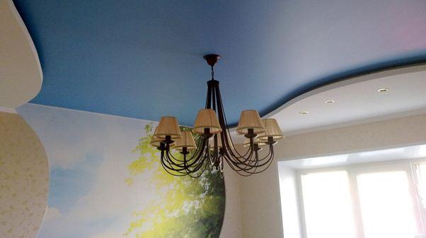 Фото люстры, повешенной на натяжном потолке
