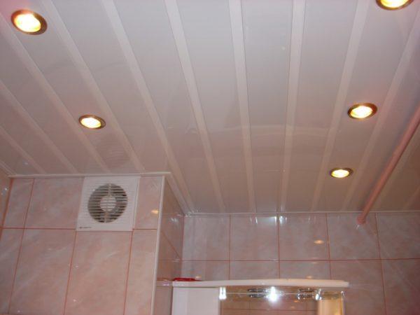 Фото потолка, отделанного пластиковыми панелями