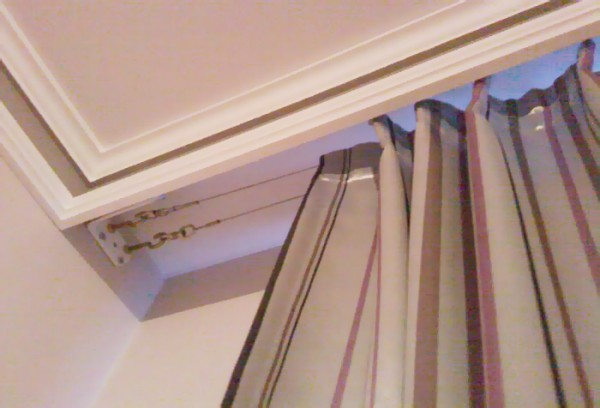 Фото простого струнного карниза, спрятанного за потолочным плинтусом