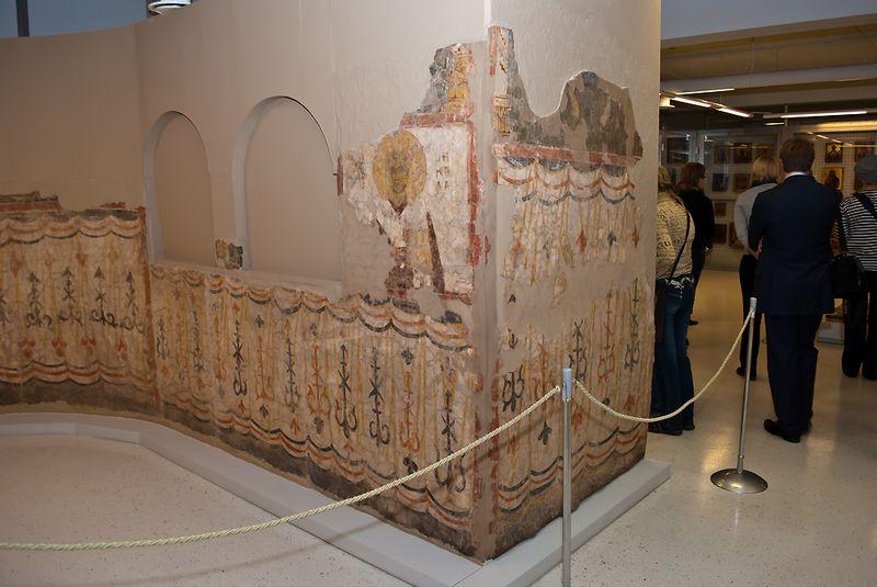 Слой кальция не защитит от механического износа. Дожившие до наших дней настенные фрески старательно защищены от случайных прикосновений.