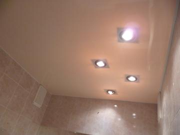 Галогенные точечные светильники на натяжном потолке в ванной комнате