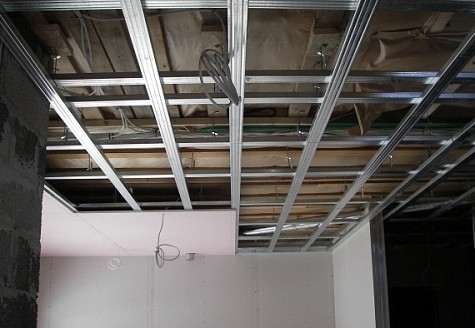 Монтаж одноуровневого потолка проходит в 2 этапа: сборка каркаса и обшивка его гипроком