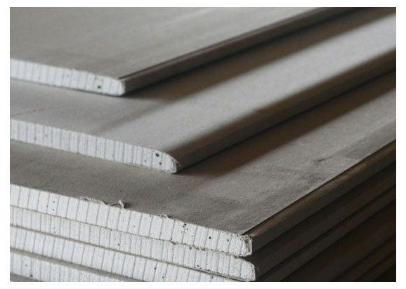 Скос на краю ГКЛ позволяет достичь максимально ровной поверхности потолка после оклеивания стыка строительной сеткой и шпаклевки