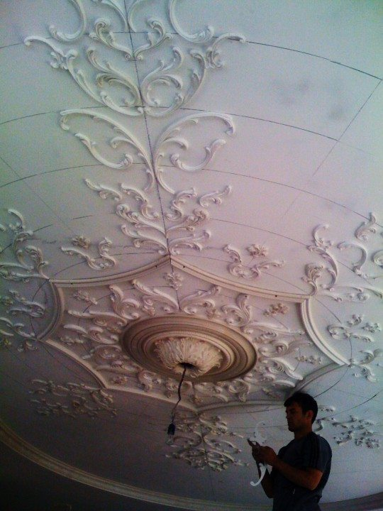 Из гипса потолок сначала расчерчивается и элементы укладываются по разметке
