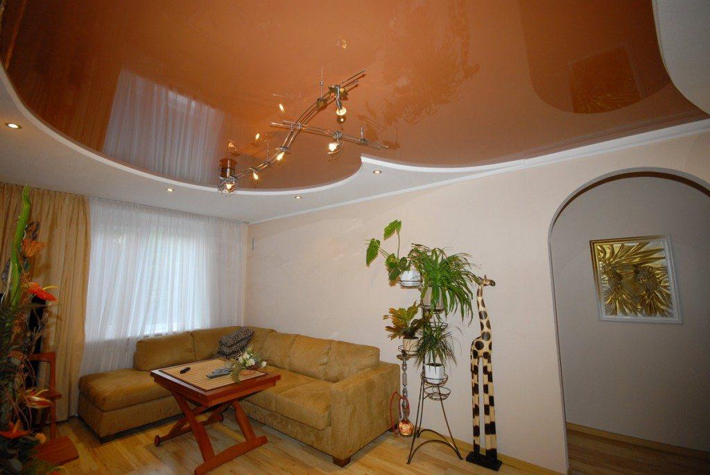 Глянцевое натяжное покрытие потолка в современном интерьере