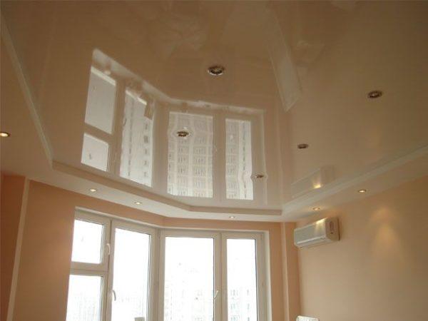 Глянцевый натяжной потолок может создать в помещении эффект «колодца»