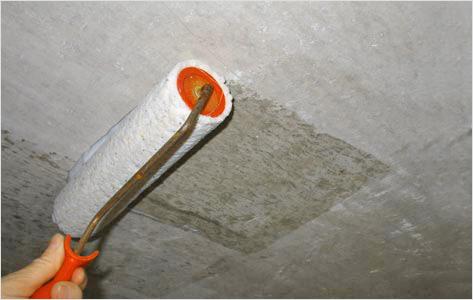 Грунтование потолочной поверхности валиком