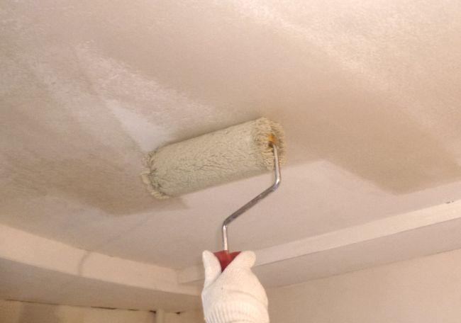 Грунтовка - обязательный этап подготовки поверхности потолка.