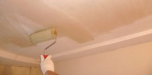 Грунтовка должна покрыть всю поверхность потолка