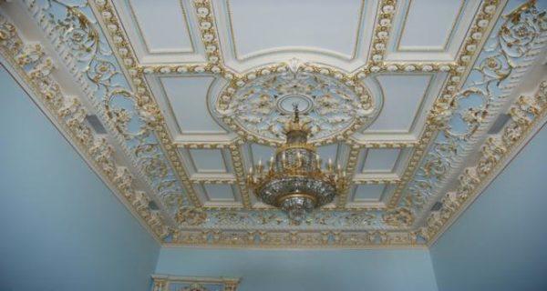 Художественный потолок с использованием декоративных полиуретановых элементов.