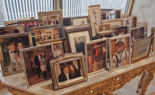 На столе у подоконника расположились семейные фотографии
