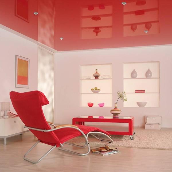 Интерьер с глянцевым потолком по контрастном принципу