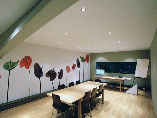 Интересное решение натяжного потолка для мансарды