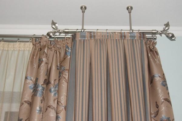 Интересный вариант, как повесить шторы на потолочный карниз, использовав классическую и мини конструкцию