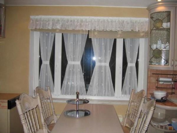 Использование двойных карнизов в оформлении кухонного окна