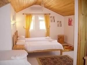 Деревянный потолок в комнате на дачной мансарде