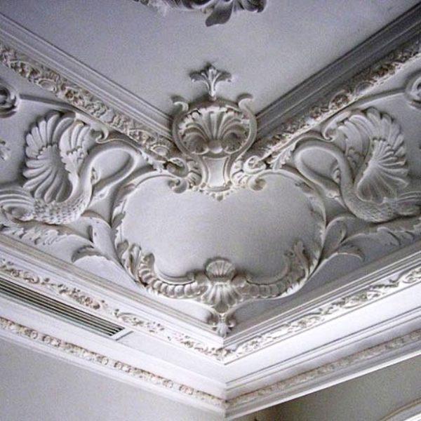 Из декоративных гипсовых элементов можно составлять очень сложные композиции.