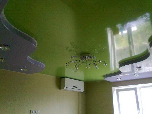 Из пленки легко делать сложные по форме потолки.
