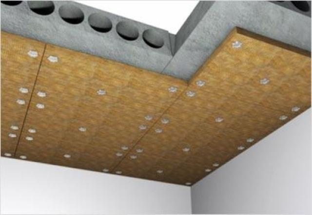 Слой гидроизоляции сверху необязателен. В остальном утепление потолка вполне стандартно.