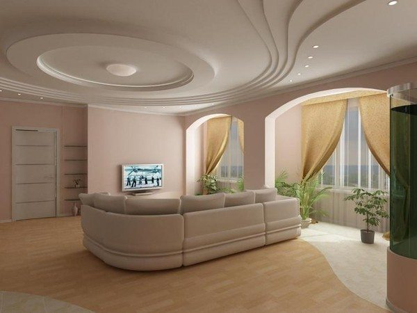 Изысканный потолок из нескольких ярусов в оформлении зала