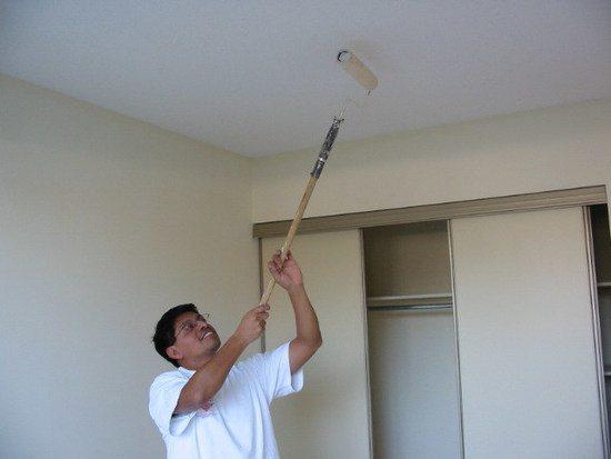 Технология окрашивания такая же, как белить потолок валиком