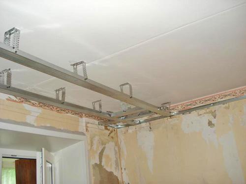 Как и любой подвесной потолок, гипсокартонный сделает комнату ниже.
