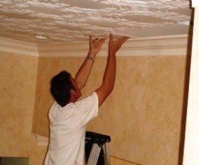 Правильное наклеивание плитки к потолку