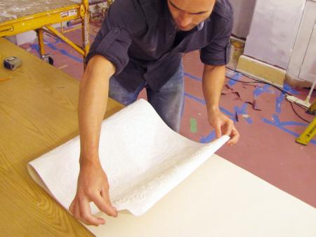 Как клеить обои потолочные: создание гармошки из полосы