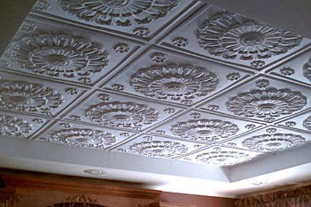 Потолок с наклеенной потолочной плиткой