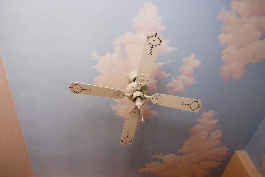 Существует несколько приемлемых способов, как нарисовать на потолке небо.